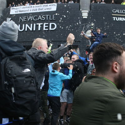 Newcastlefans firar utanför deras hemmaarena.