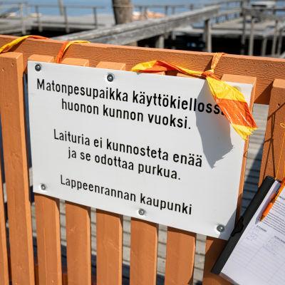 Matonpesulaituri on suljettu Lappeenrannan Halkosaaressa ja siitä ilmoitetaan kyltillä sekä sisäänmeno on suljettu.