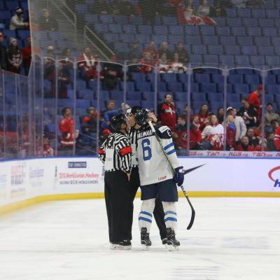 Finlands kapten Juuso Välimäki diskuterar med domarna efter Kanadas första mål.