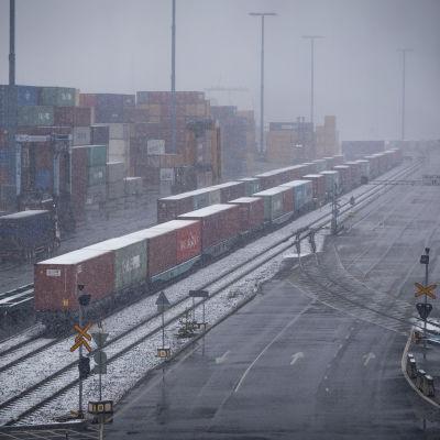 Kiinasta saapunutta konttijunaa puretaan Vuosaaren satamassa 15.4.2020.
