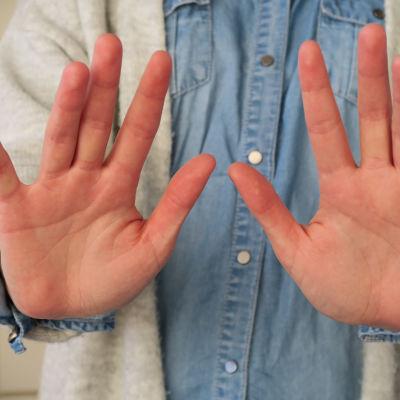 Någon som sträcker ut händerna och säger nej