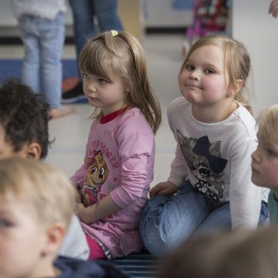 Lapsia Laugh & Learn-päiväkodissa.
