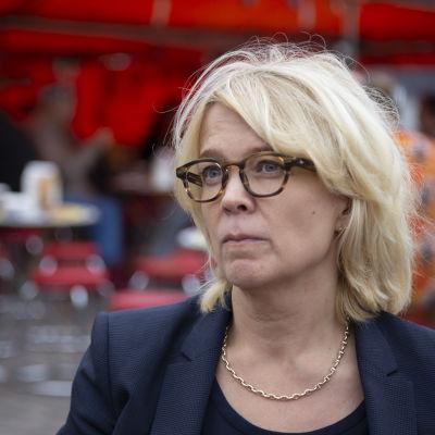 Kilpailu- ja kuluttajaviraston pääjohtaja Kirsi Leivo Hakaniemen torilla.