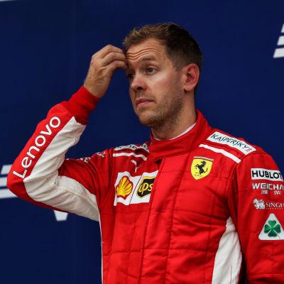 Sebastian Vettel kliar sig i pannan