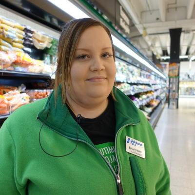 Martina Winqvist arbetar med hemförsändelser från butiken.