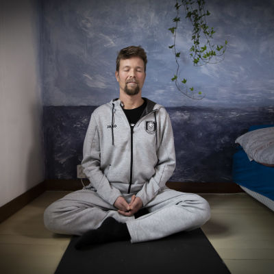 Koripallovalmentaja Pieti Poikola meditoi.