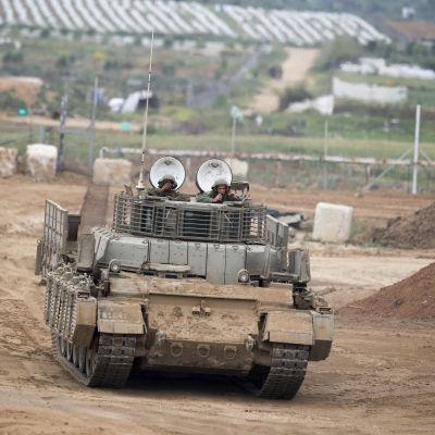 Israeliskt militärfordon vid gränsen till Gaza