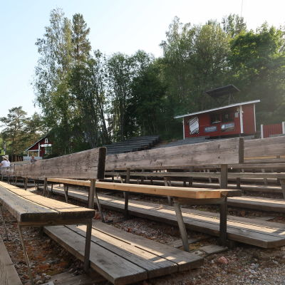 Bild av tomma bäkrader i publiken vid Raseborgs Sommarteater