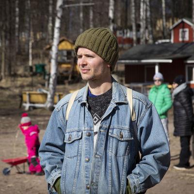 Hannes Mikkelsson nauttii auringonpaisteesta Kivinokan uimarannalla Helsingissä.