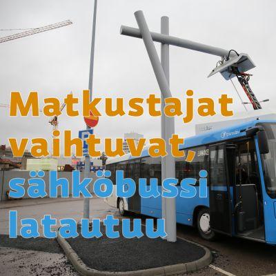 Sähköbussi pikalataustolpassa