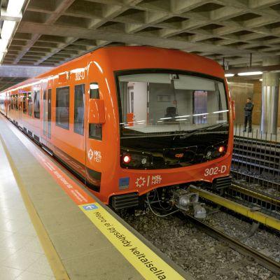 M300 metrojuna Itäkeskuksen asemalla.