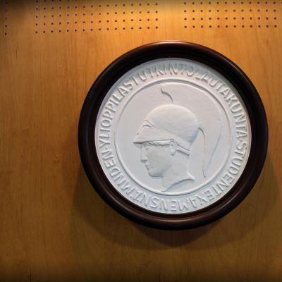Jokaiseen ylioppilastodistukseen kohopainettu logo on Pallas Athene, kreikkalaisen mytologian viisauden, tieteen ja taiteen jumalatar.