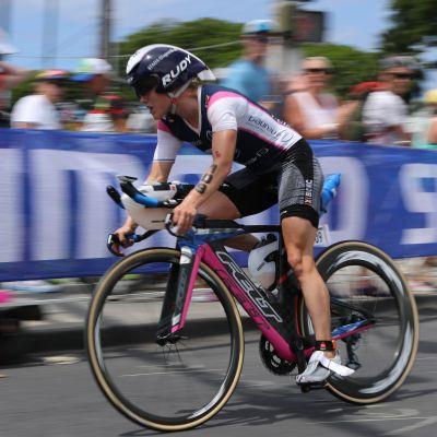 Kaisa Sali ajaa pyörää.