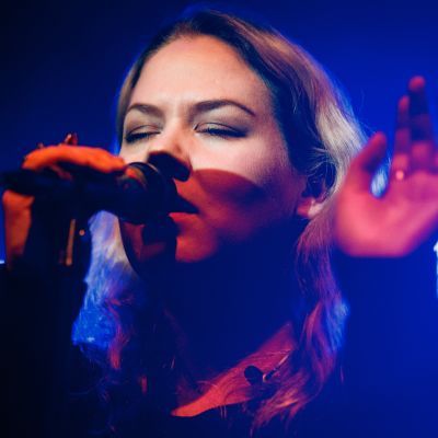 Laulaja-lauluntekijä Ulpu esiintyi viime viikolla Helsingin Nosturilla.