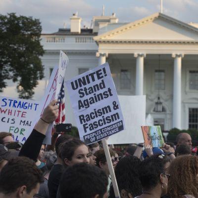 Händelserna i Charlottesville och president Trumps vaga uttalande därefter utlöste demonstrationer över hela USA, bland annat utanför Vita huset i Washington