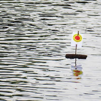Under lördagens manifestation släppte man iväg små barkbåtar längs älven. Förhoppningen är att de ska nå fram till Finland med budskapet om ett kärnkraftsfritt Bottenviken.