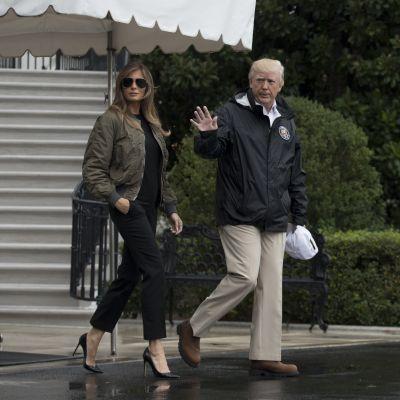 Melania och Donald Trump på väg till översvämningsområde i Texas.