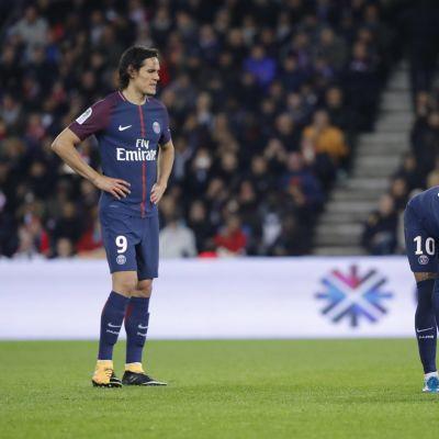Cavani ser på när Neymar tänker ta en straff,