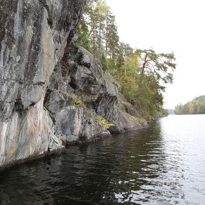 Klippa med hällmålning vid Fårsjön i Pojo, Raseborg.