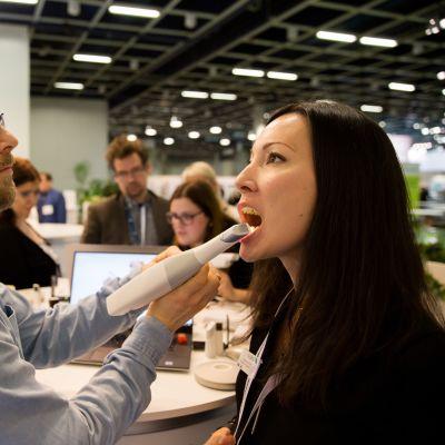 Ole Theisen on hammaslääkäri. Tässä hän harjoitelee 3 D tulostusta.