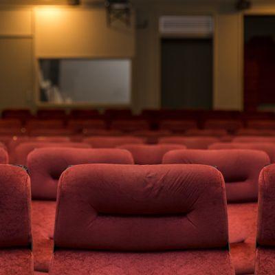 Elokuvateatteri Orionin elokuvasalin punaiset penkit.