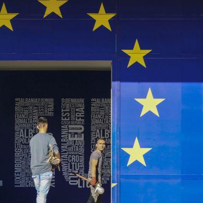 Två män går igenom en EU-port