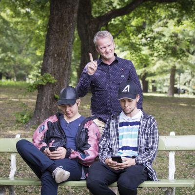 Pasi Sahlberg puistossa kahden nuoren kanssa