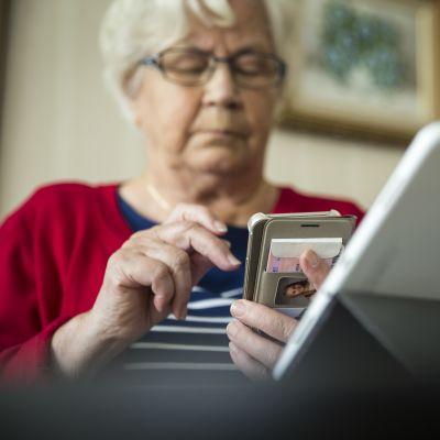 Mommo käyttä kännykkää kotona