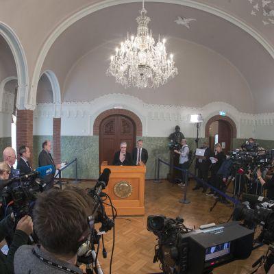 Nobelkommitténs ordförande Berit Reiss-Andersen och kommitténs sekreterare Olav Njolstad avslöjar pristagarna 2018 under en presskonferens i Oslo.