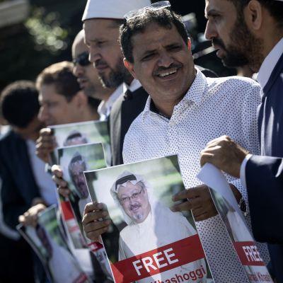 Demonstranter utanför Saudiarabiens konsulat i Istanbul krävde att saudierna friger Jamal Khashoggi som troddes ha kidnappat den kända regimkritikern