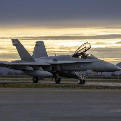 F-18 Hornet -hävittäjälentokoneita Örlandin lentotukikohdassa Norjassa.