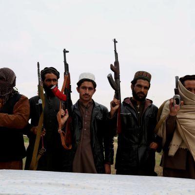 IS-krigare med vapen