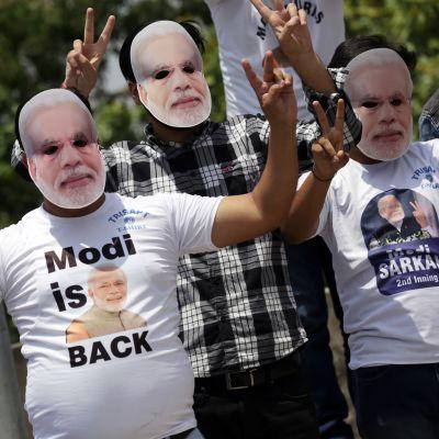 Regeringspartiet BJP:s anhängare jublar över partiets och premiärminister Narendra Modis jordskredsseger