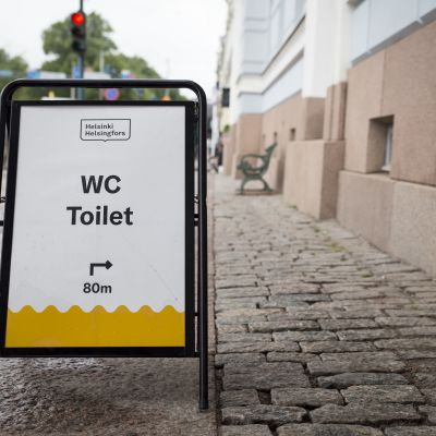wc opastekyltti Helsingin kaupungintalon edessä