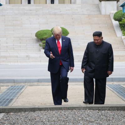 Presint Trump möter Nordkoreas ledare vid gränsen.