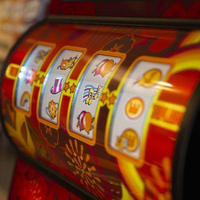 Närbild på spelautomat.