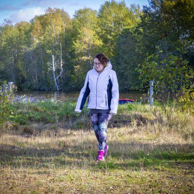 Laura Degerstedt Karkkilan Pyhäjärven rannalla.