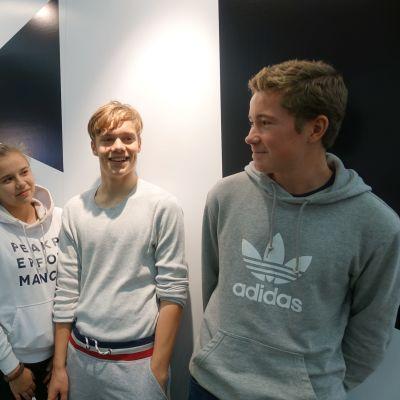 En flicka och två pojkar som besökte bokmässan 2019 i Helsingfors poserar tillsammans