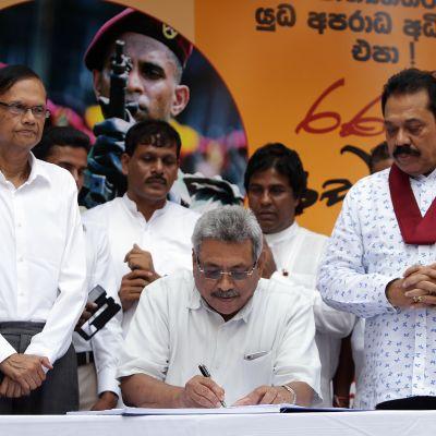 Sri Lankan presidentiksi marraskuussa noussut Gotabaya Rajapaksa allekirjoitti YK:n sotarikostutkintaa vastustavan vetoomuksen vuonna 2016. Veli  Mahinda Rajapaksa  seisoo hänen oikealla puolellaan ja seuraa allekirjoitustilaisuutta.