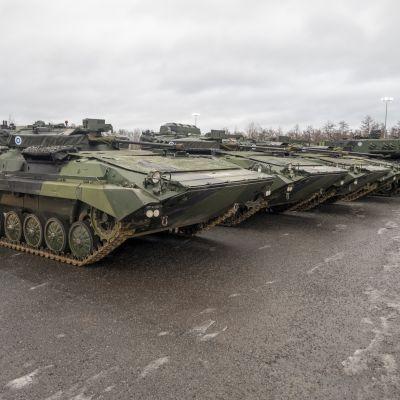 panssarivaunuja rivissä