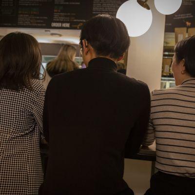 Kolme Suomessa opiskelevaa taiwanilaista opiskelijaa Helsinkiläisessä kahvilassa.