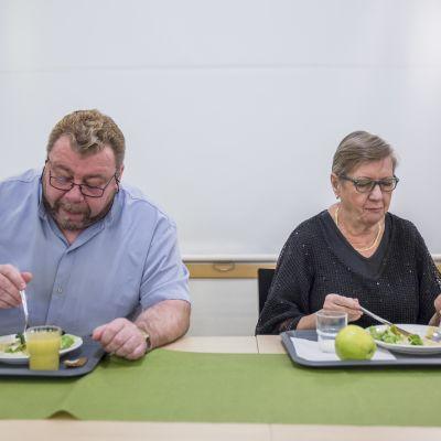Reino Mäkelä ja Marjatta Välimäki syövät lounasta Matteuksen kirkon Waste&Feast - hävikkiruokaravintolassa
