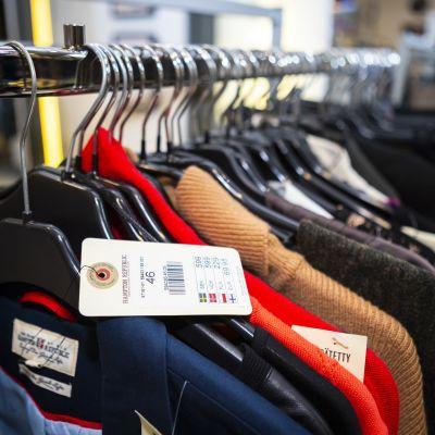 Uusia käyttämättömiä vaatteita, jotka on tuotu kierrätykseen Uffille.