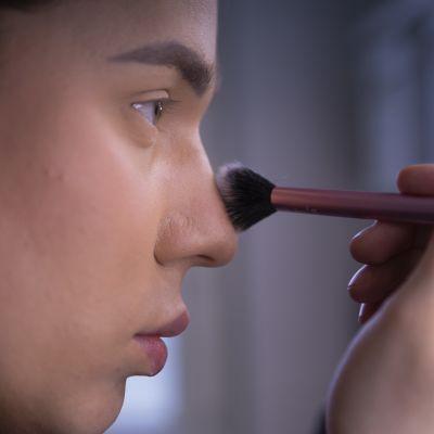 Janne Naakka levittää puuteria nenänvarteen.