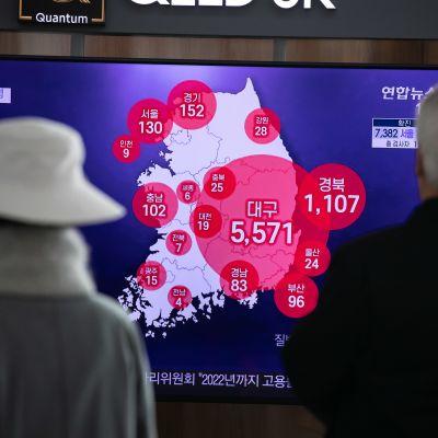 Eteläkorealaiset katsovat televisiosta tilannetiedoitetta taudin leviämisestä Soulissa Etelä-Koreassa 9. maaliskuuta 2020.