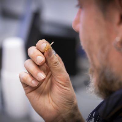 Anonyymi henkilö ottaa suboxone liuskaa korvaushoito klinikalla