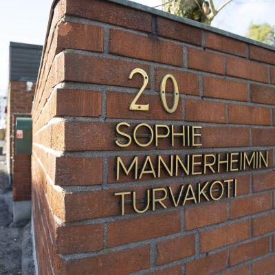 sophie mannerheimin turvakoti  . kyltti ulkoa.