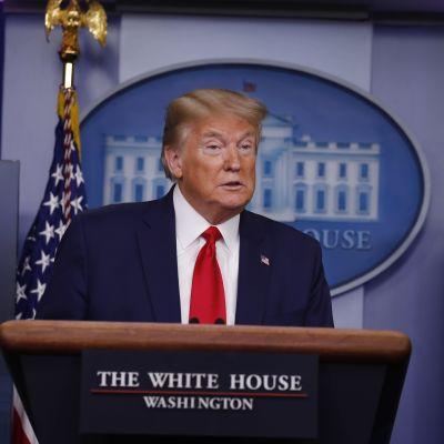 President Donald Trump hotade att stoppa immigration till USA, genom ett besked via Twitter. Men varken han eller Vita huset gav några detaljer om beslutet eller när det kungörs officiellt.
