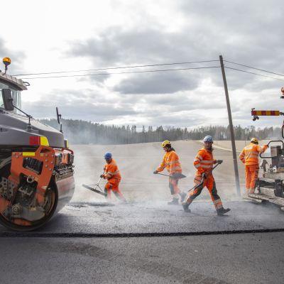 Asfalttityöntekijöitä tekemässä asfalttitöitä Lohjalla Koisjärven kylässä.