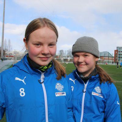 yhdeksäsluokkalaiset Emilia ja Pinja Kristo Rovaniemen keskuskentällä